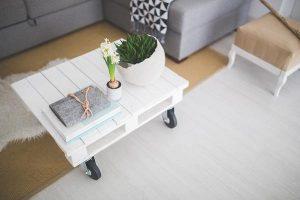 Biały stolik kawowy do nowoczesnego salonu