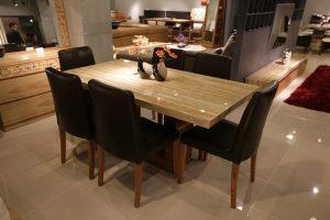 Stylowa jadalnia – tapicerowane krzesła drewniane